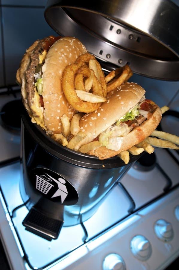 在垃圾箱里面的汉堡包和炸薯条 免版税图库摄影