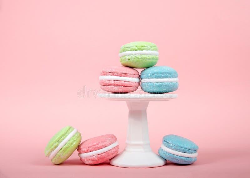 在垫座堆积的蛋白杏仁饼干曲奇饼有桃红色背景 库存照片