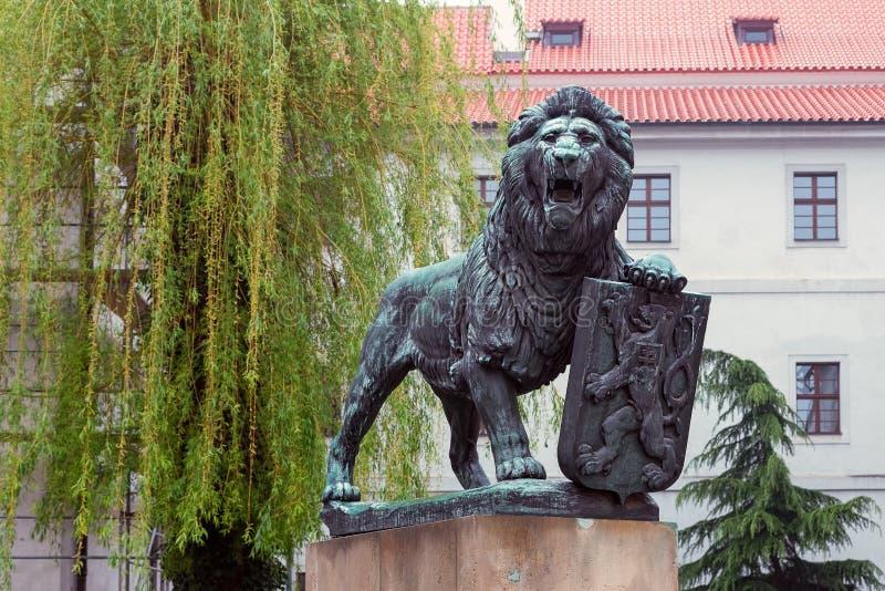 在垫座的捷克狮子 免版税库存图片