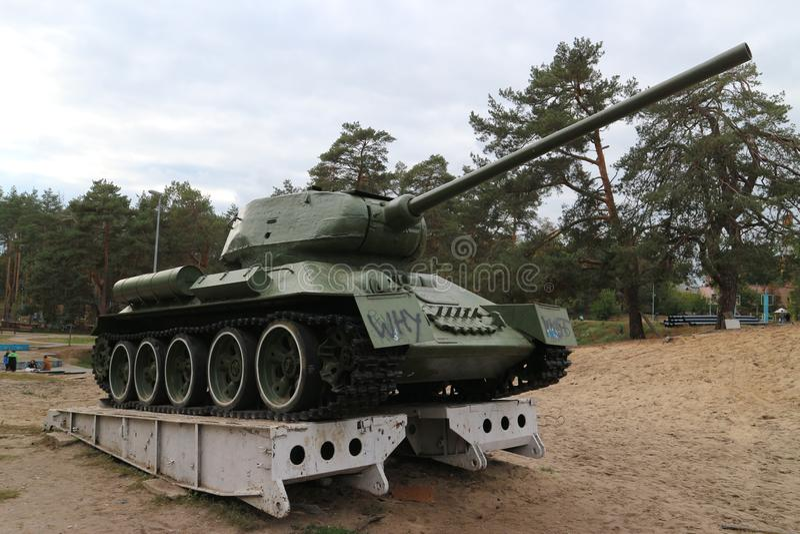 在垫座的老坦克 免版税库存照片