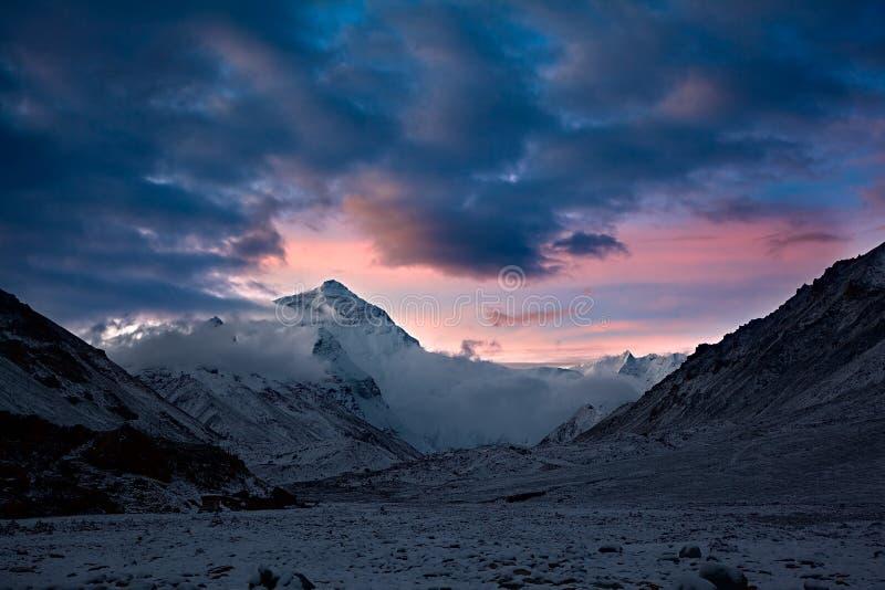 在埃佛勒斯峰的日出在西藏 免版税库存照片