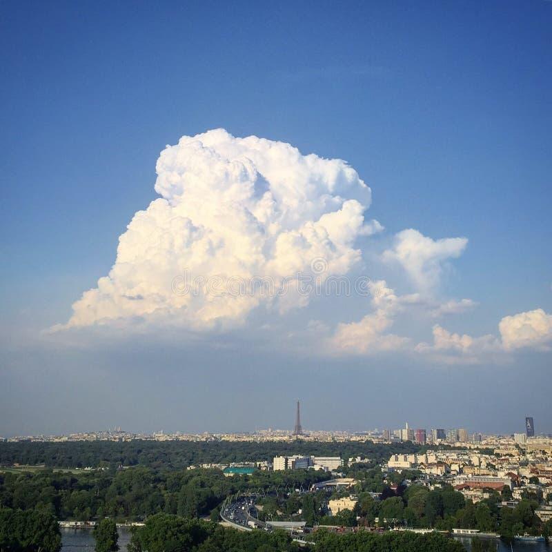 在埃佛尔铁塔的云彩 免版税库存照片