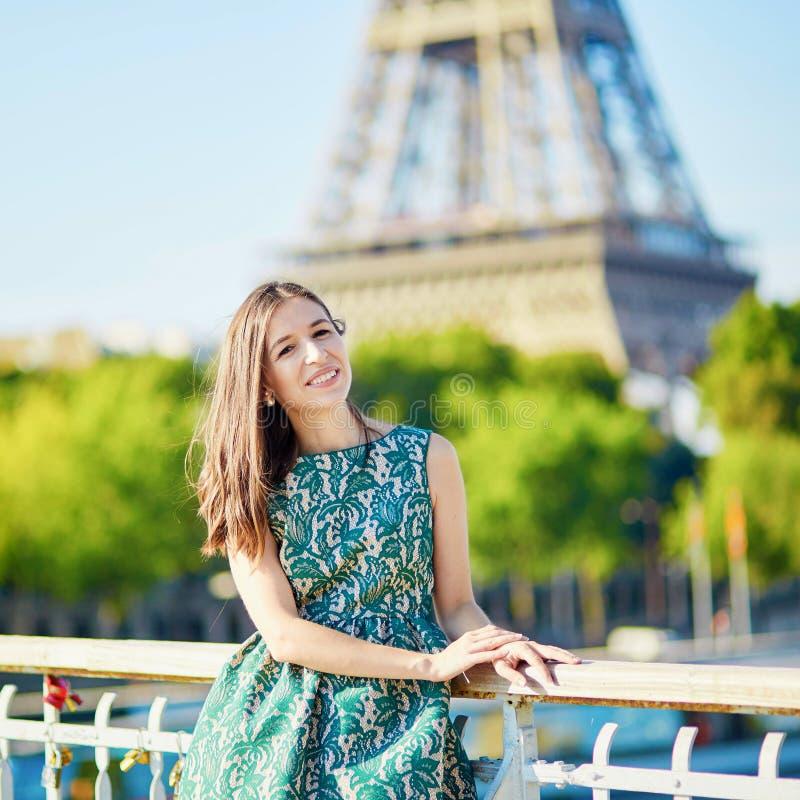 在埃佛尔铁塔附近的美丽的年轻巴黎人妇女 免版税库存图片