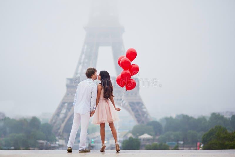 Download 在埃佛尔铁塔附近的美好的浪漫夫妇在巴黎 库存图片. 图片 包括有 典雅, 法国, 多雨, 系列, 云彩, 女孩 - 72367997