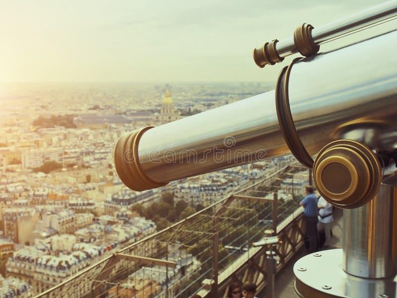 在埃佛尔铁塔顶楼上的望远镜  库存照片