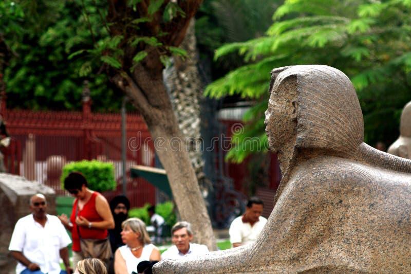 在埃及博物馆的入口的雕象 免版税库存图片
