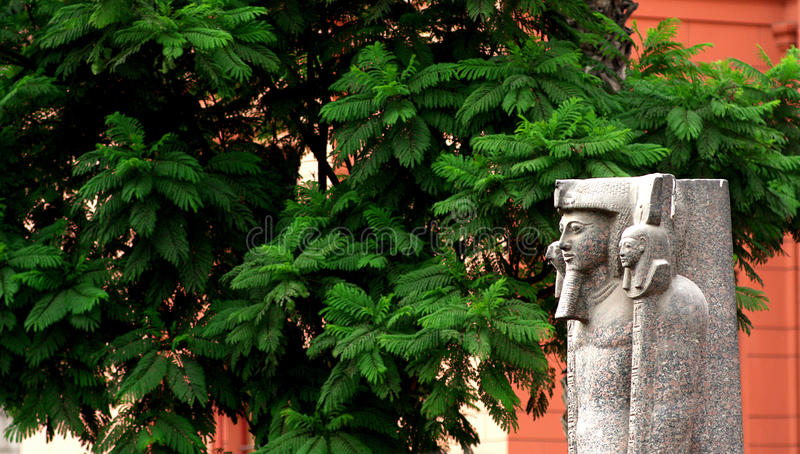 在埃及博物馆的入口的雕象 免版税库存照片