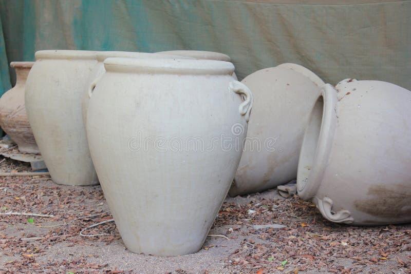 在埃及样式的大陶器水罐 免版税库存照片