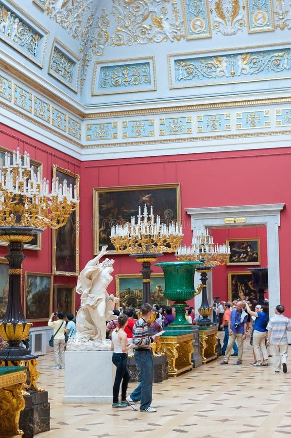 在埃尔米塔日博物馆的访客游览 库存照片