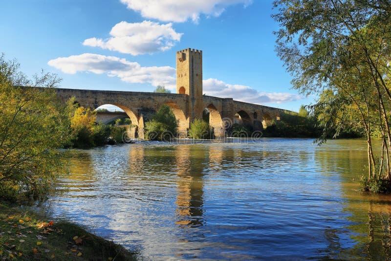 在埃布罗河的中世纪桥梁在Frias,布尔戈斯,西班牙 免版税图库摄影