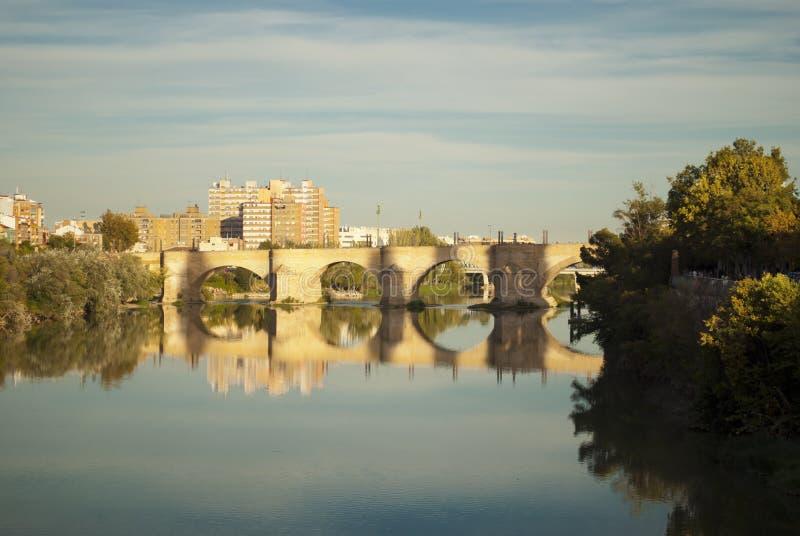 在埃布罗的石桥梁在萨瓦格萨。阿拉贡,西班牙 免版税库存照片