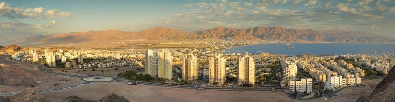 在埃拉特以色列和亚喀巴约旦的全景鸟瞰图 图库摄影
