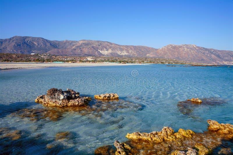 在埃拉福尼索斯岛海滩的岩石露出 免版税库存图片