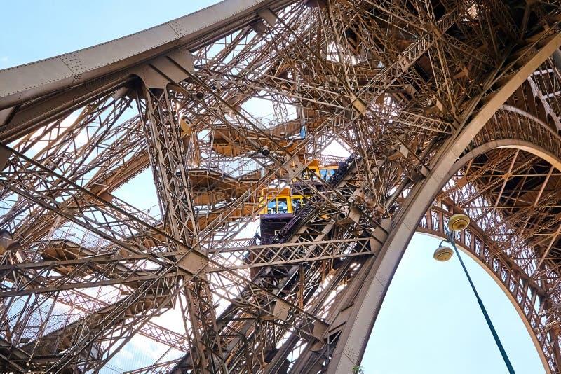 在埃菲尔的金属支持的里面黄色对角电梯 免版税库存照片