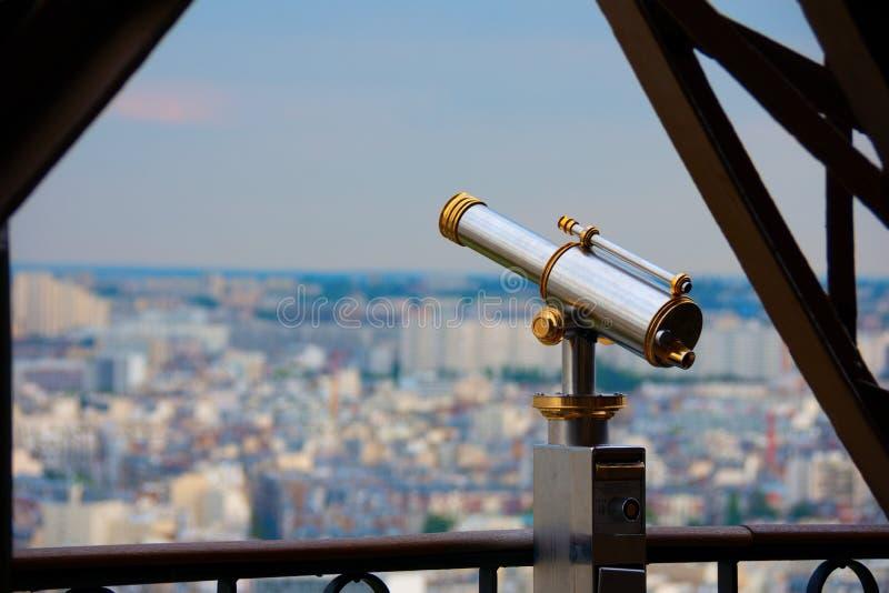 在埃菲尔铁塔的望远镜在巴黎法国 免版税库存图片