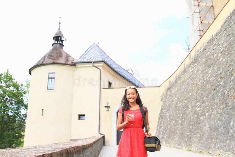 在城堡前面捷克施滕贝格入口门的女孩  库存图片