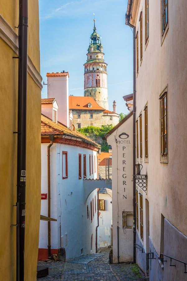 在城堡塔的看法在捷克克鲁姆洛夫-捷克的街道 库存照片