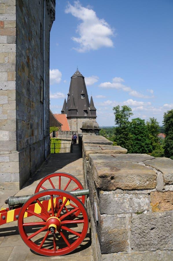 在城堡墙壁上的大炮 免版税图库摄影