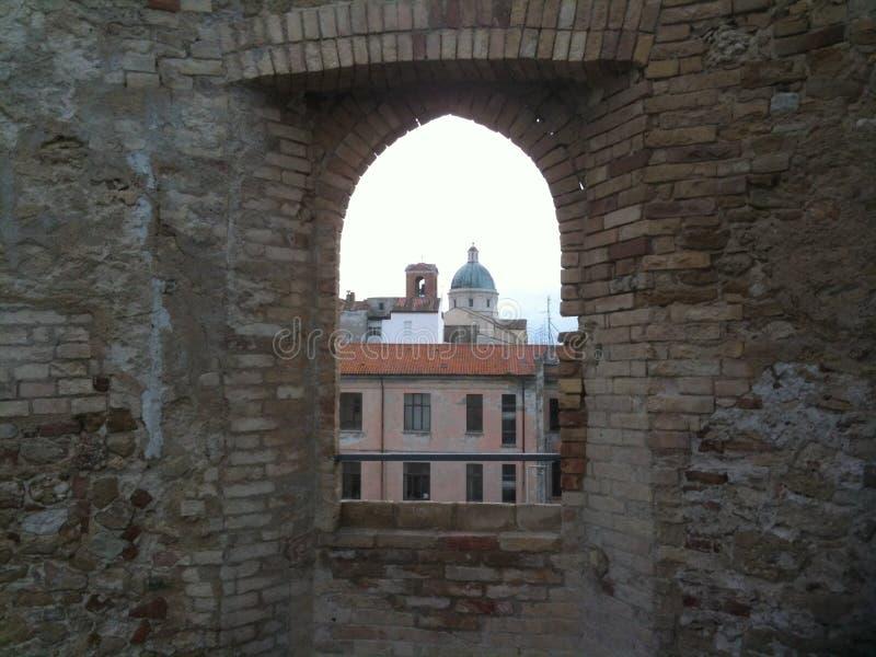 在城堡外面 在教会后 免版税库存图片