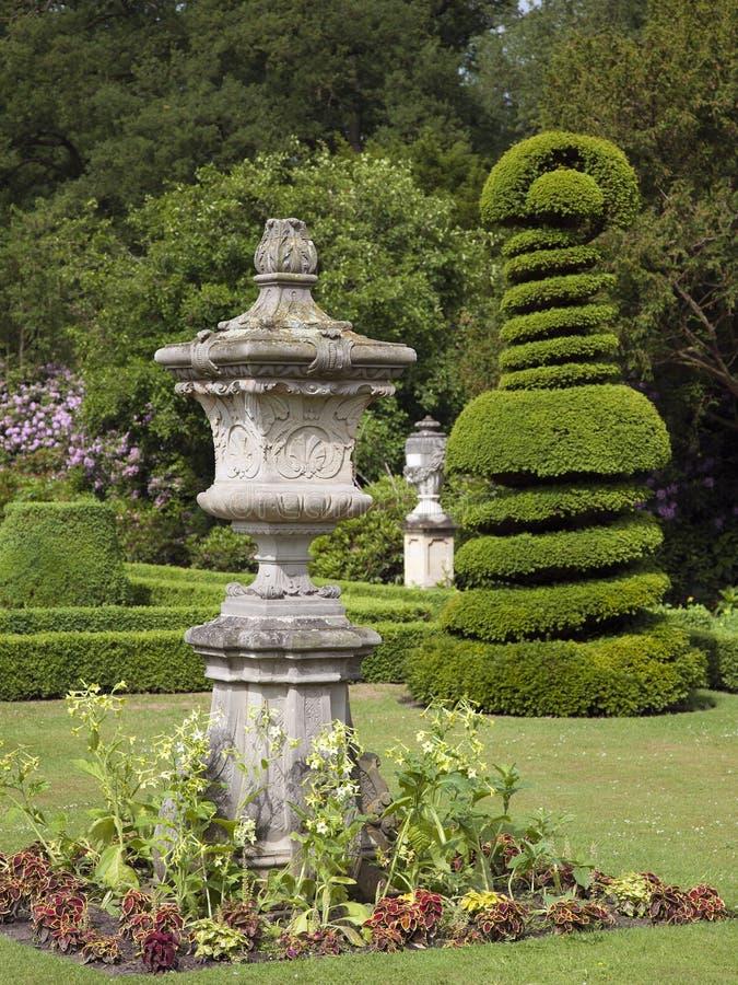 在城堡庄园Twickel的美丽的老蓝灰沙岩庭院装饰品 免版税图库摄影