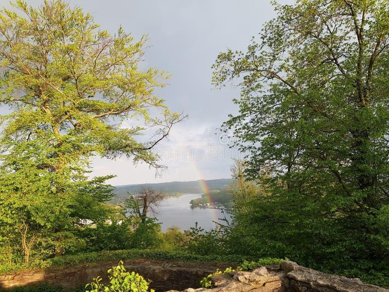 在城堡废墟的彩虹 免版税图库摄影