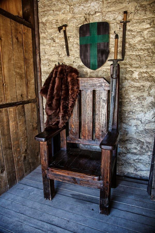 在城堡的木王位 免版税库存图片