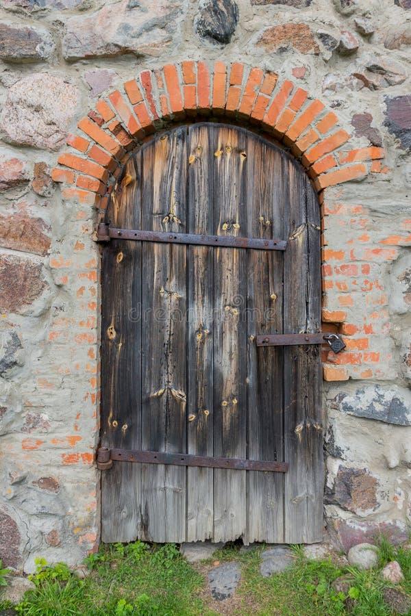 在城堡的老门 免版税库存图片