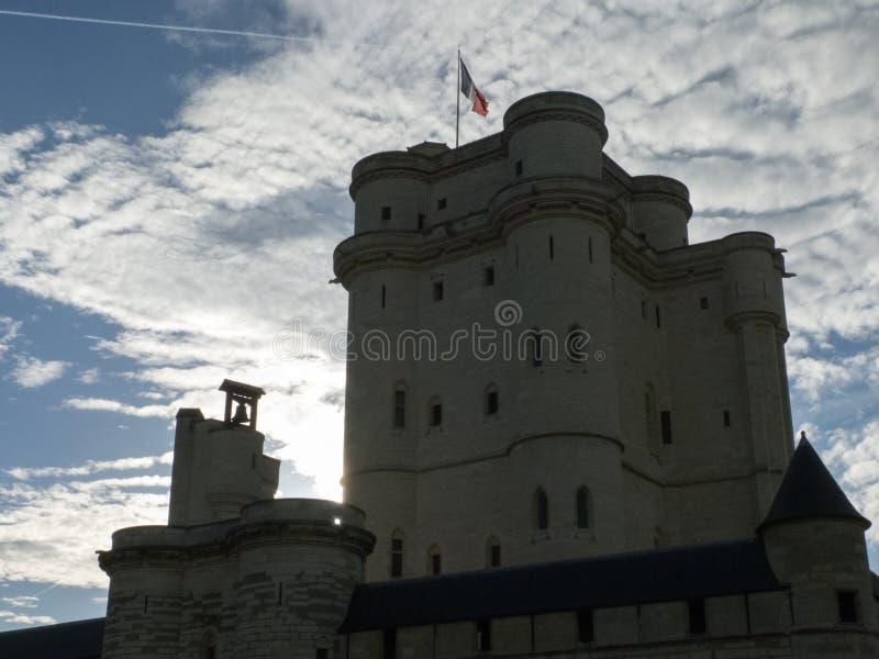 在城堡的主楼de Vincennes后的太阳设置 免版税库存照片