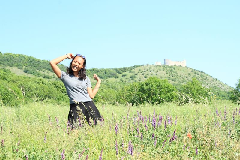在城堡Devicky前面的女孩在Palava 免版税库存照片
