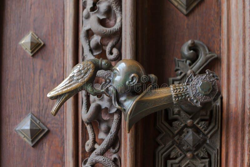 在城堡Hluboka nad Vltavou的门的门闩 免版税库存照片