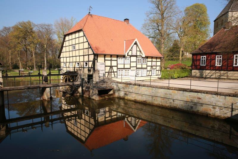 在城堡Rheda的框架样式的历史的watermill在北莱茵-威斯特伐利亚州,德国 免版税图库摄影