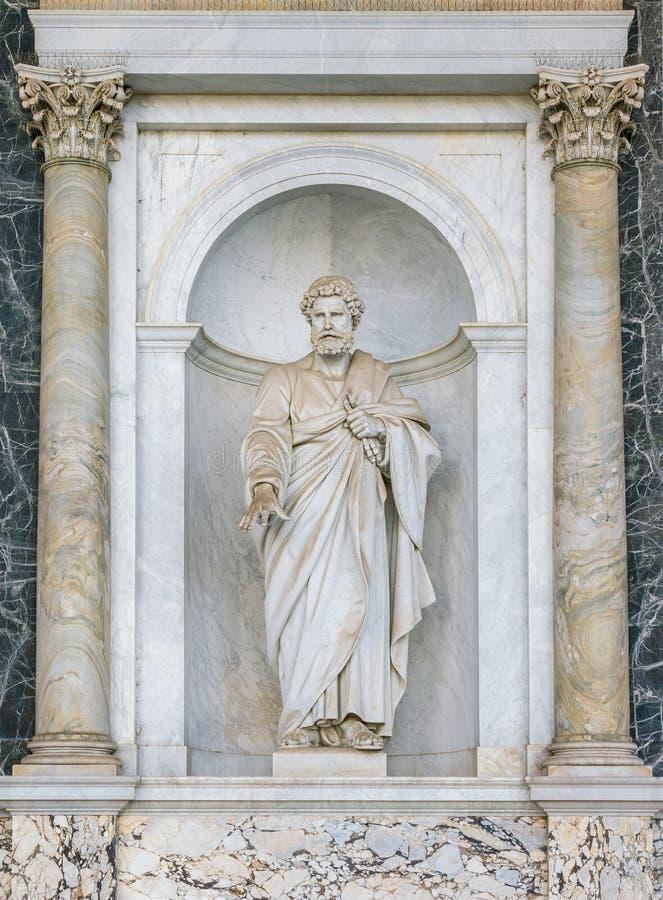 在城外圣保禄大殿的门廊的圣彼得雕象 意大利罗马 库存图片