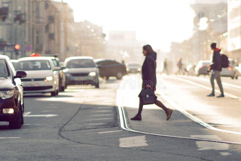 在城市、汽车和人民,模糊的图片的行人交叉路,定调子 免版税库存照片