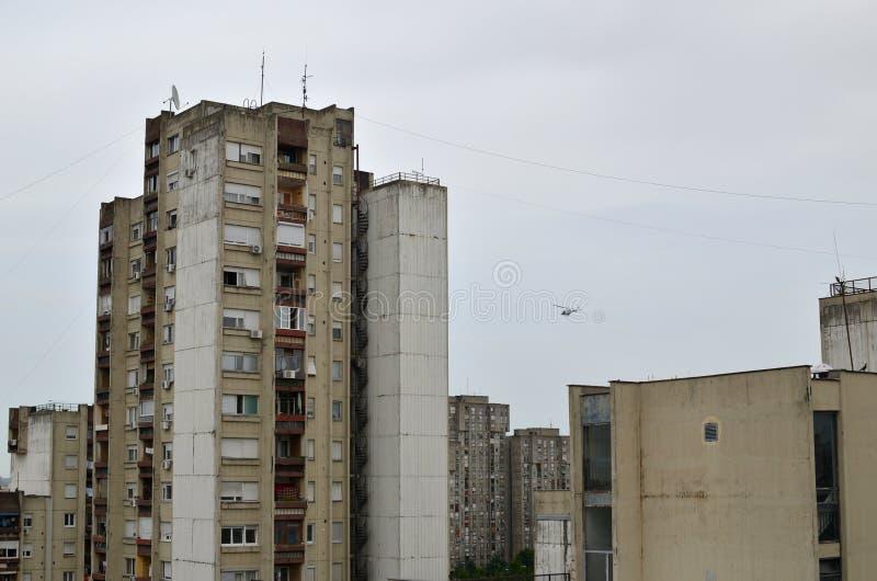 在城市上的直升机 库存图片