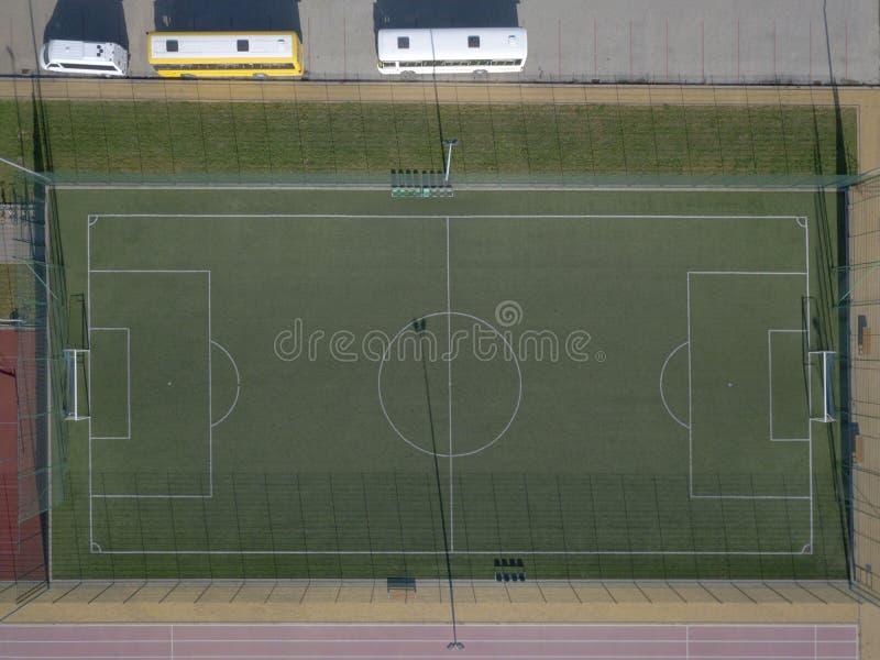 在城市体育场的绿色领域橄榄球场 从高度的全景鸟飞行 从寄生虫o的航拍 免版税图库摄影