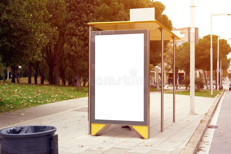 在城市公交车站的垂直的空的广告牌占位符,信息横幅模板,大模型布局的空间 图库摄影