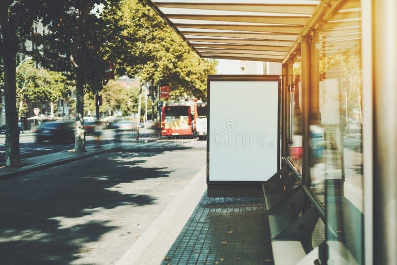 在城市公共汽车站的白色广告牌 免版税库存图片