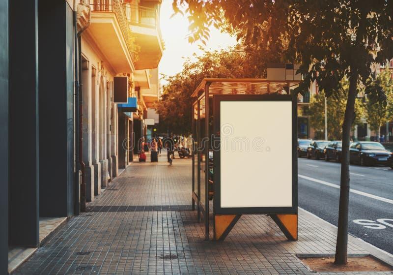 在城市公共汽车站的空白的广告牌 免版税图库摄影