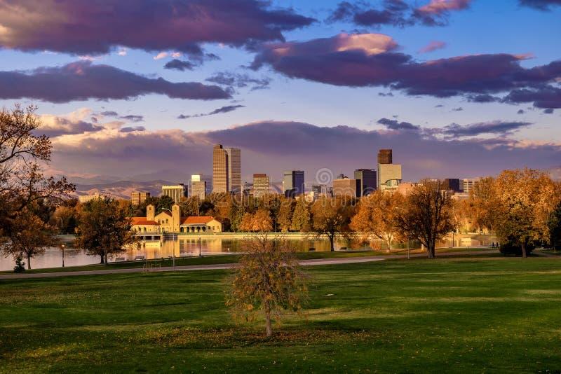 在城市公园的日出在丹佛,科罗拉多 免版税库存图片