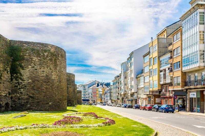 在城市卢戈的大厦和罗马墙壁的看法在西班牙 库存照片