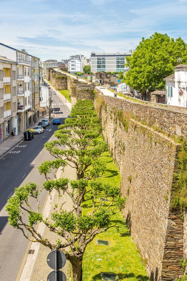 在城市卢戈的罗马墙壁的看法在西班牙 免版税库存照片