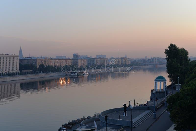 在城市和河的日出 免版税图库摄影