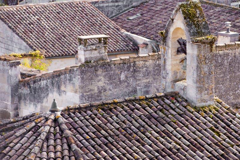 在城市圣Emilion的老屋顶在法国 免版税库存图片