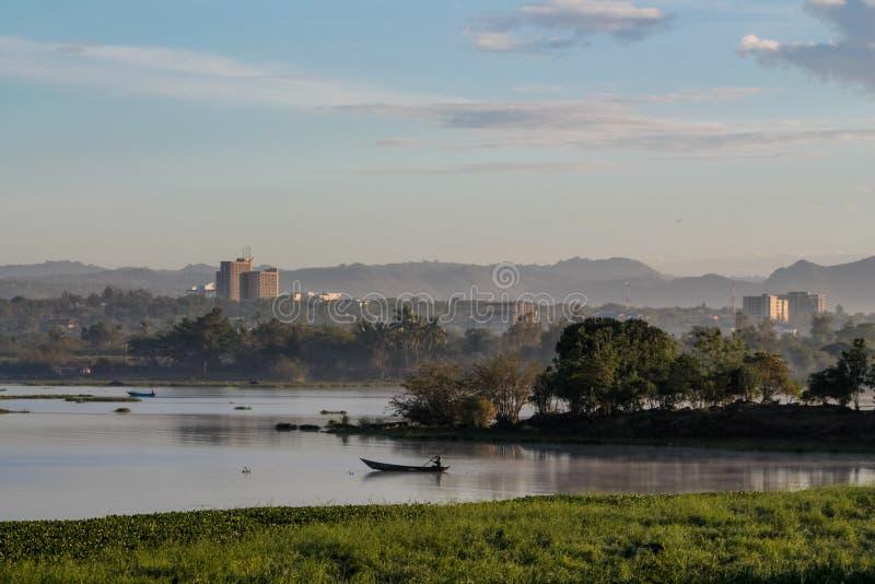 在城市基苏木附近的维多利亚湖风景在肯尼亚 免版税图库摄影