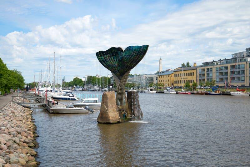 在城市堤防的一多云天 喷泉`和谐`的看法 芬兰土尔库 免版税库存照片
