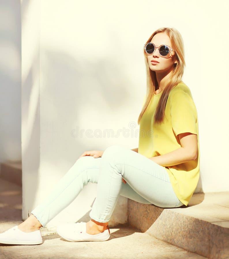 在城市塑造时髦相当白肤金发的妇女画象  库存图片