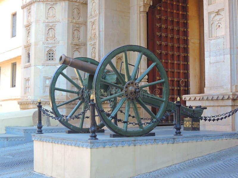 在城市宫殿,乌代浦入口的大炮  免版税库存图片