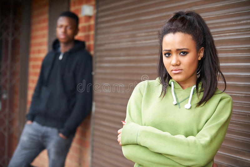 在城市布局的不快乐的少年夫妇 免版税库存图片