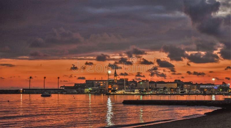 在城市布德瓦的日落 库存图片