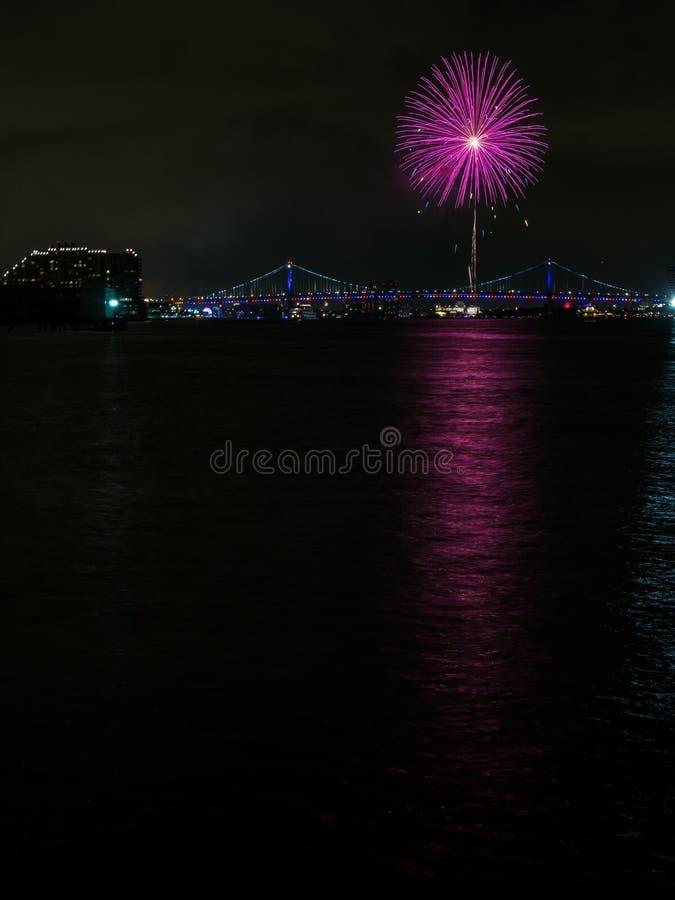 在城市桥梁,费城的紫色烟花爆炸 免版税图库摄影